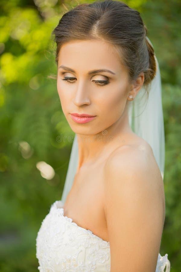 Retrato de uma noiva bonita no parque foto de stock