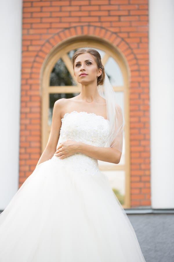 Retrato de uma noiva bonita no parque imagem de stock