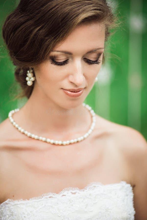 Retrato de uma noiva bonita pronta para uma cerimônia imagens de stock royalty free