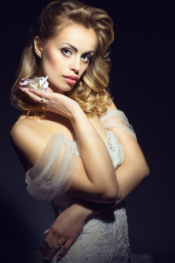 Retrato de uma noiva europeia bonita nova no vestido de casamento fotografia de stock