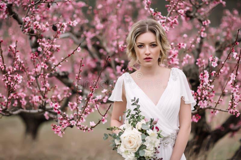 Retrato de uma noiva loura bonita fotografia de stock royalty free