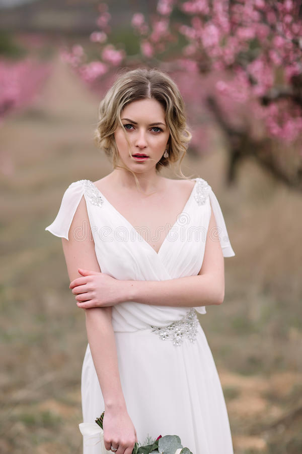 Retrato de uma noiva loura bonita fotos de stock