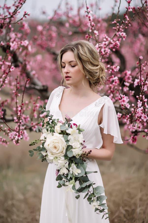 Retrato de uma noiva loura bonita imagens de stock royalty free