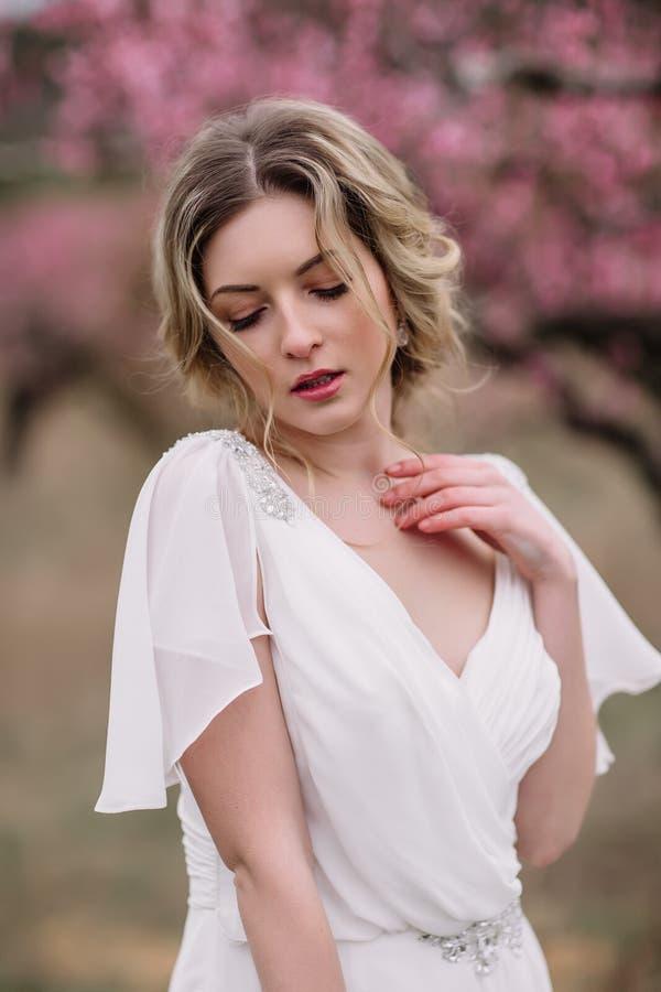 Retrato de uma noiva loura bonita imagens de stock