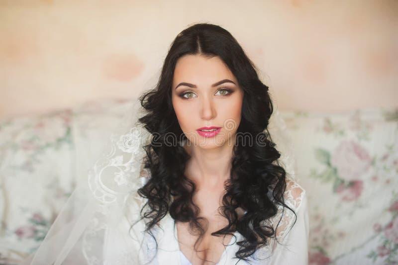 Retrato de uma noiva moreno nova bonita, sorrindo, boudoir, penteado das taxas, composição, casamento, estilo de vida fotografia de stock