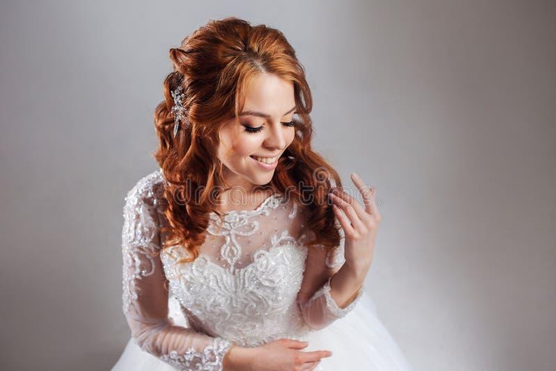 Retrato de uma noiva ruivo encantador, estúdio, close-up Penteado e composição do casamento fotografia de stock royalty free