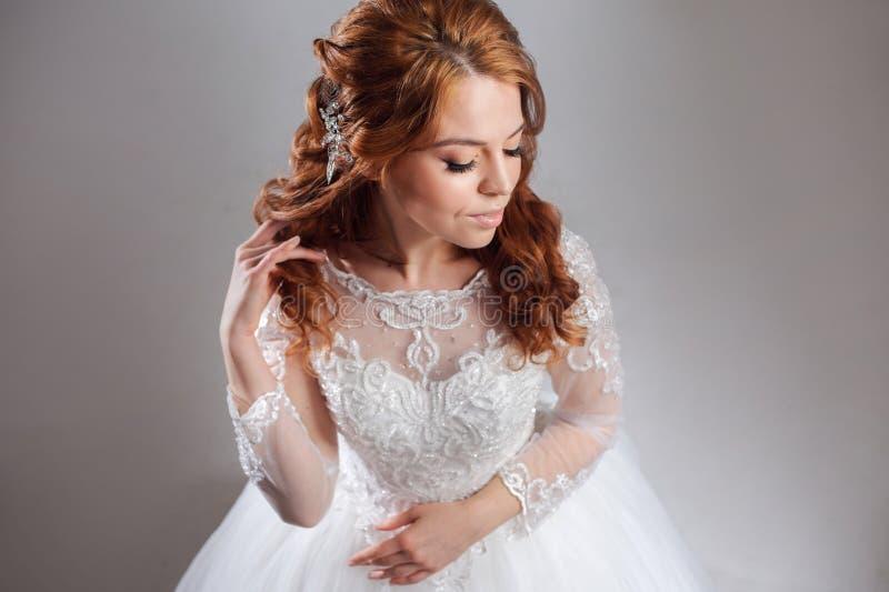 Retrato de uma noiva ruivo encantador, estúdio, close-up Penteado e composição do casamento fotos de stock