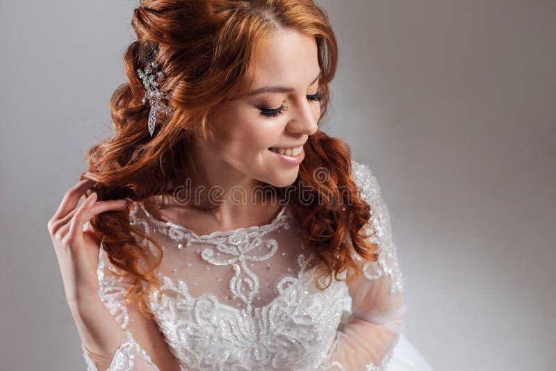 Retrato de uma noiva ruivo encantador, estúdio, close-up Penteado e composição do casamento imagem de stock royalty free