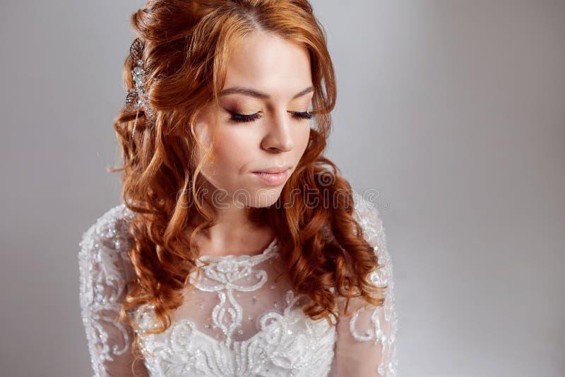 Retrato de uma noiva ruivo encantador, estúdio, close-up Penteado e composição do casamento foto de stock