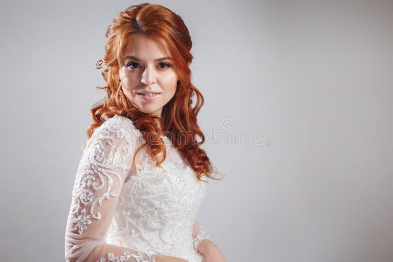 Retrato de uma noiva ruivo encantador, estúdio, close-up Penteado e composição do casamento foto de stock royalty free