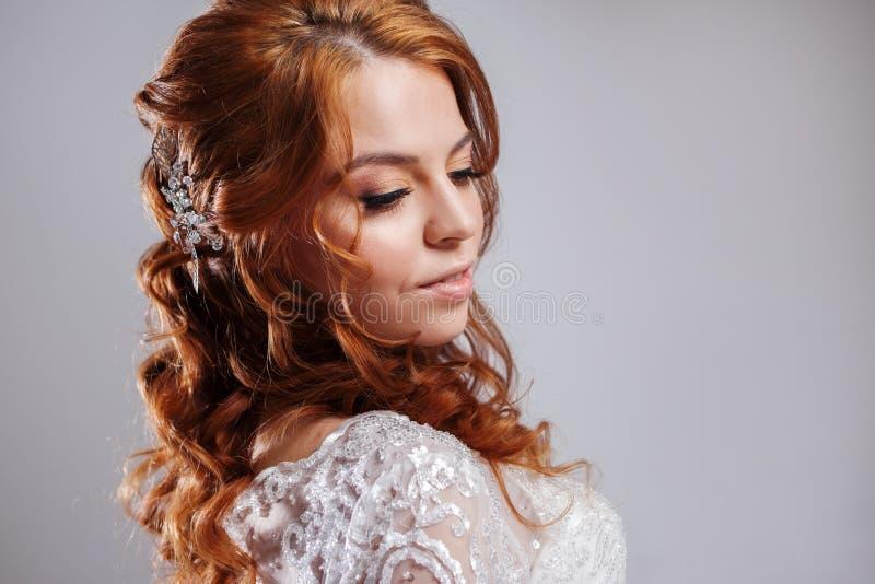 Retrato de uma noiva ruivo encantador, estúdio, close-up Penteado e composição do casamento imagens de stock royalty free