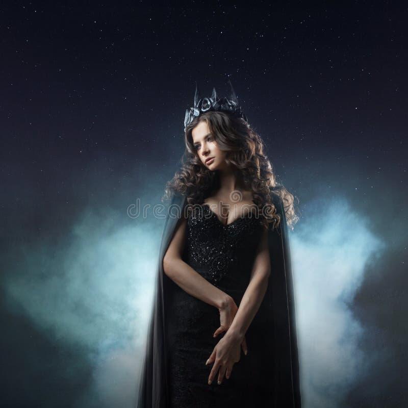 Retrato de uma princesa gótico Rainha gótico Imagem em Dia das Bruxas Mulher bonita nova no preto fotos de stock