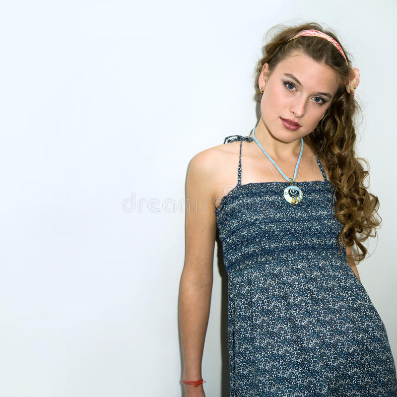 Retrato de uma rapariga bonita com cabelo longo imagens de stock royalty free