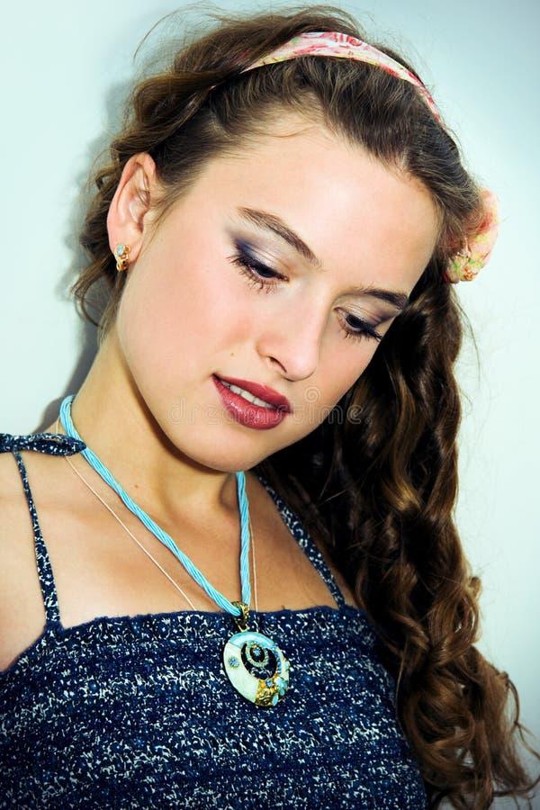 Retrato de uma rapariga bonita com pele limpa imagens de stock royalty free