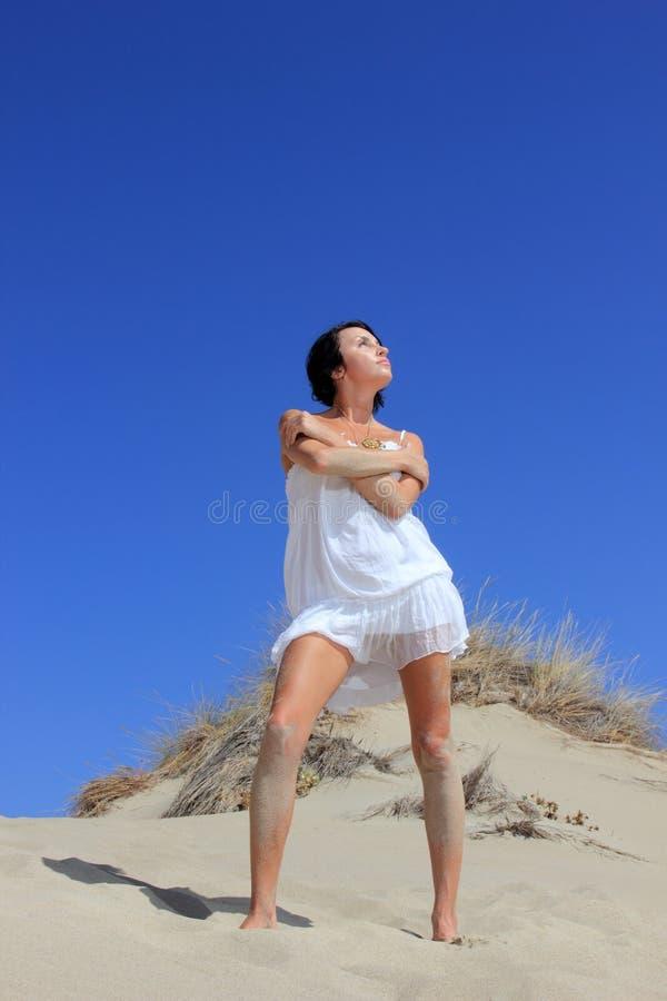Download Menina bonita na praia imagem de stock. Imagem de montes - 29830667