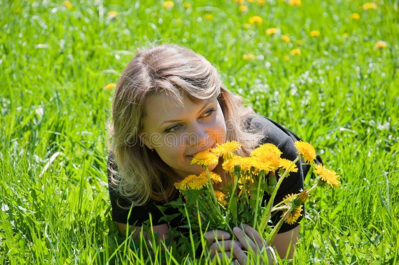 Retrato de uma rapariga no gramado imagem de stock
