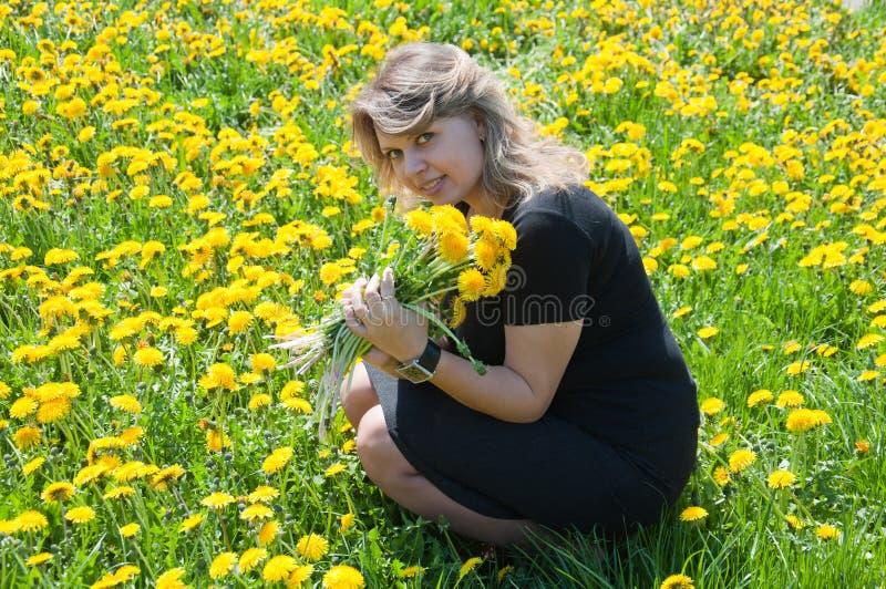 Retrato de uma rapariga no gramado fotografia de stock