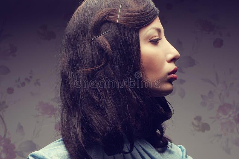 Retrato de uma senhora à moda e glamoroso em uma sala de hotel Vintag foto de stock royalty free