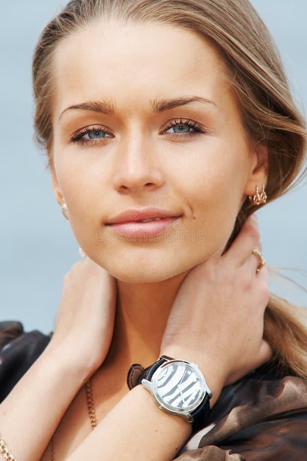 Retrato de uma senhora bonita imagem de stock