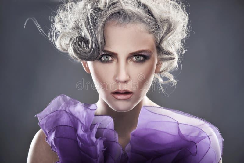 Retrato de uma senhora nova fotografia de stock royalty free