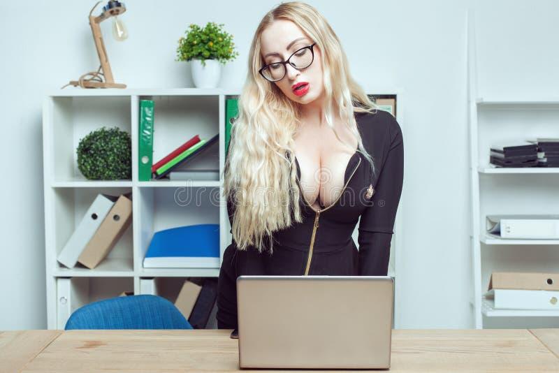 Retrato de uma sexy secretária feminina no cargo foto de stock royalty free