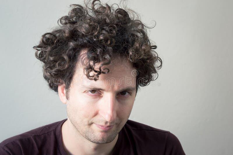 Retrato de uma vista de cabelo nova, caucasiano, triguenha, encaracolado do homem imagem de stock