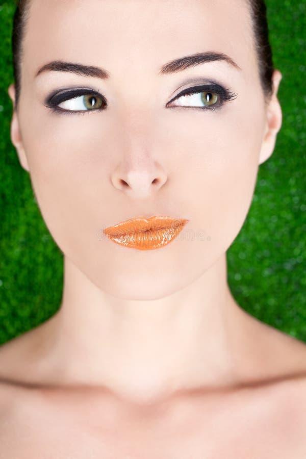 Retrato de uma vista suspeito bonita da mulher fotografia de stock royalty free