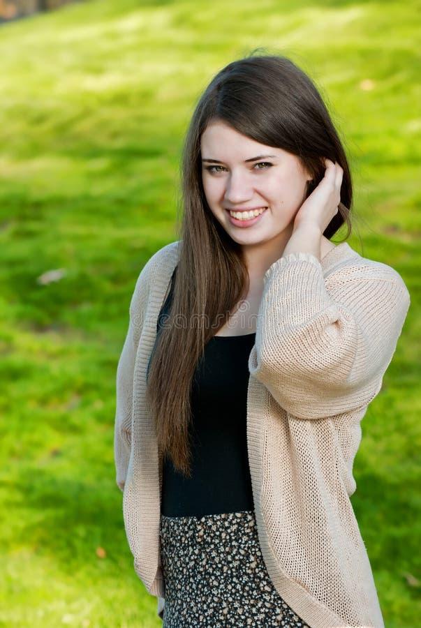 Retrato de un adolescente bonito en un parque imágenes de archivo libres de regalías
