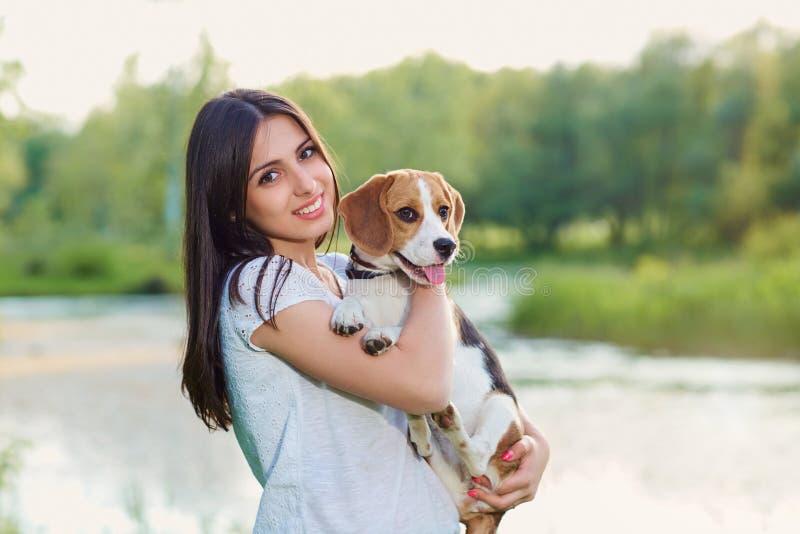Retrato de un adolescente con su perro al aire libre imágenes de archivo libres de regalías