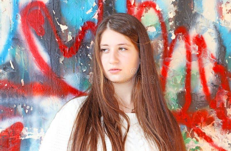 Retrato de un adolescente hermoso con el pelo largo fotos de archivo