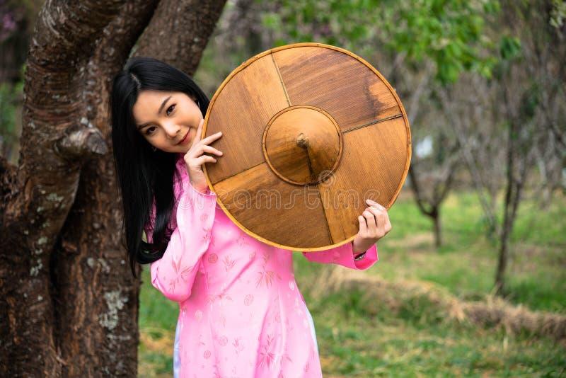 Retrato de un adolescente joven que lleva un rosa en un parque fotografía de archivo