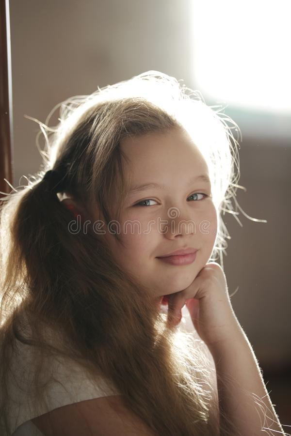 Retrato de un adolescente de la chica joven en casa imagenes de archivo