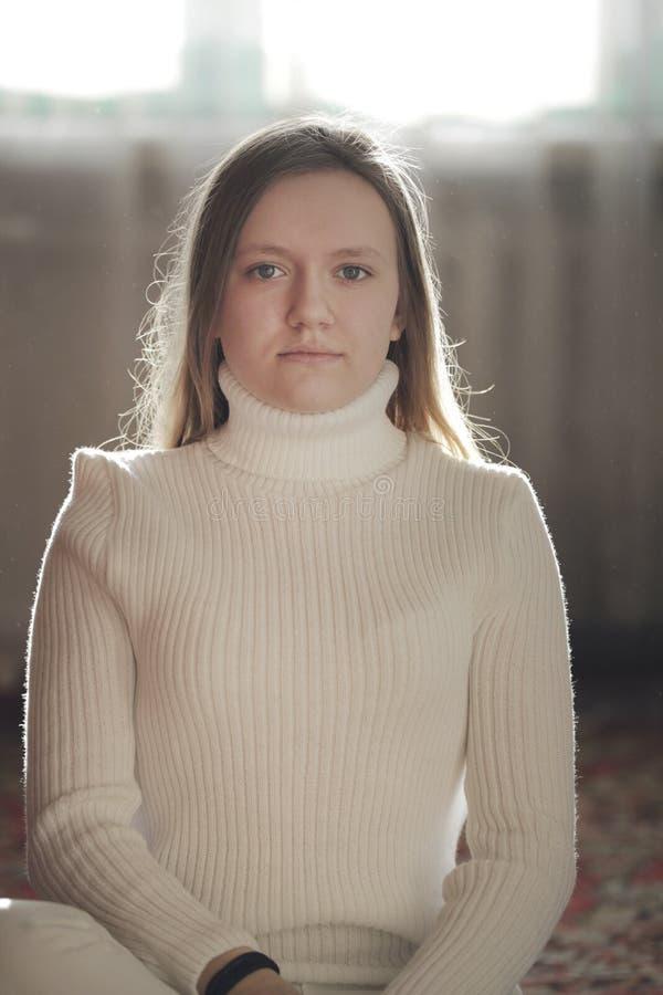 Retrato de un adolescente de la chica joven en casa imagen de archivo