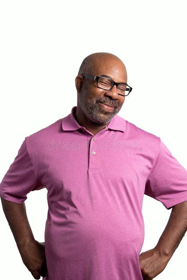Retrato de un afroamericano sonriente alegre con el vientre grande, la camisa púrpura y los vidrios negros en el fondo aislado bl imágenes de archivo libres de regalías