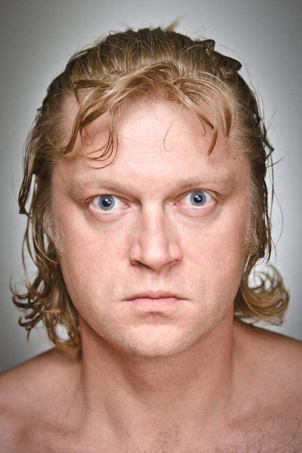 Retrato de un algún hombre que mira fijamente foto de archivo