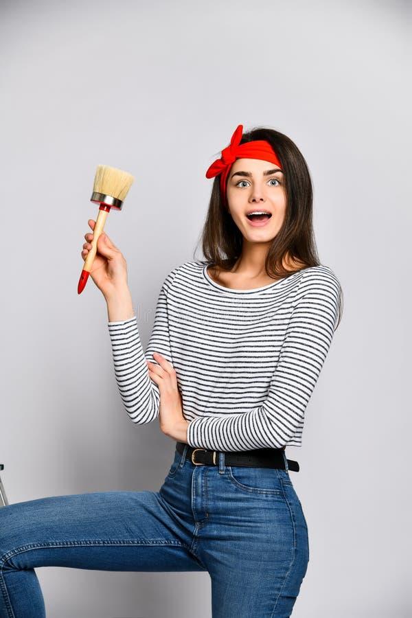 Retrato de un artista de sexo femenino con un cepillo ancho fotos de archivo libres de regalías