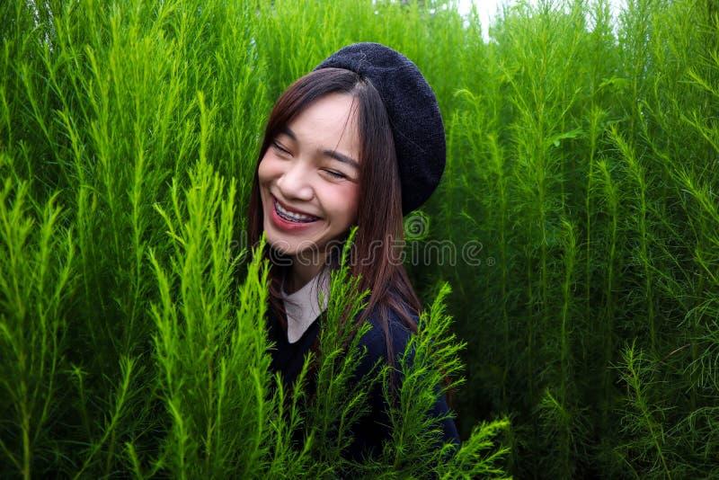 Retrato de un asiático hermoso joven de la mujer en jardín, ella es linda y sonriente feliz imagen de archivo libre de regalías