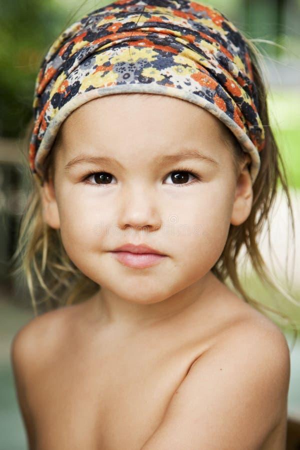 Retrato de un asiático-mestizo sonriente de la muchacha foto de archivo