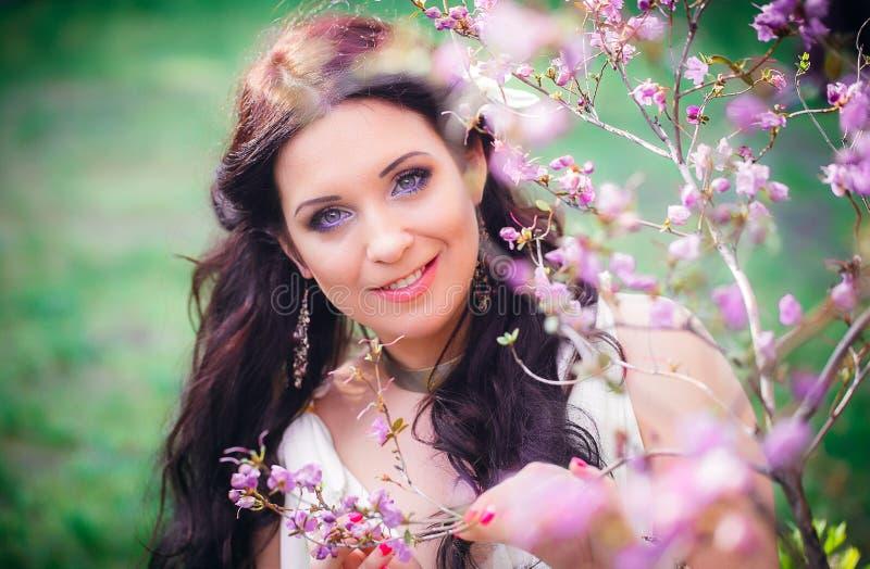 Retrato de un aspecto hermoso del europeo de la mujer joven fotografía de archivo libre de regalías