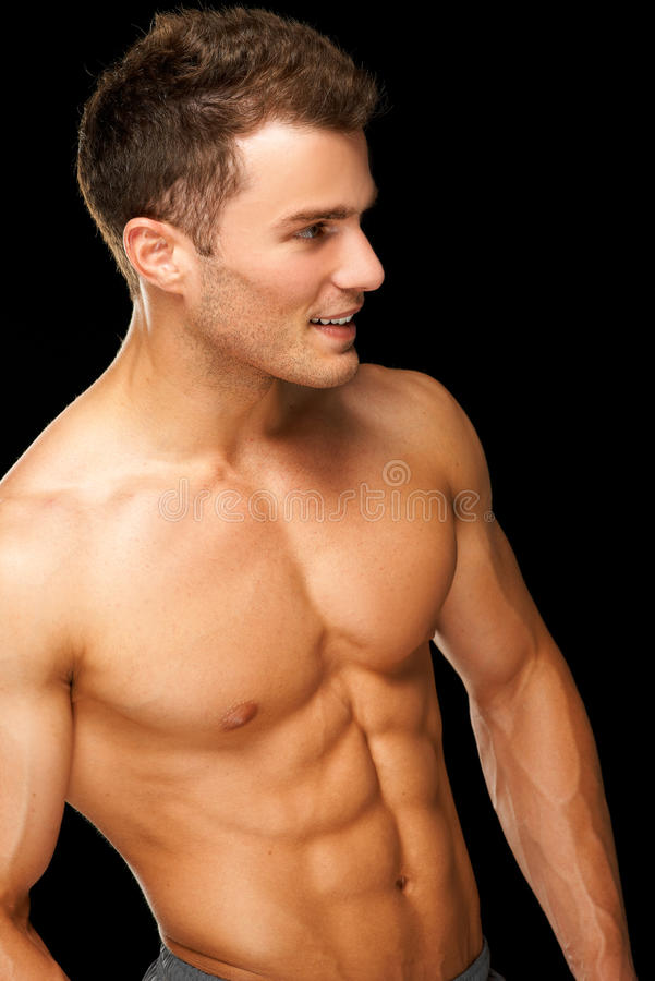 Retrato de un atleta de sexo masculino muscular en negro foto de archivo libre de regalías