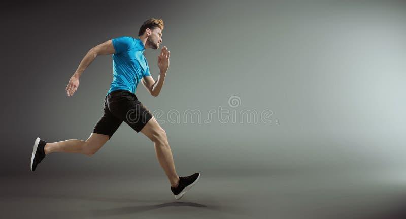 Retrato de un atleta joven hermoso durante la raza fotografía de archivo