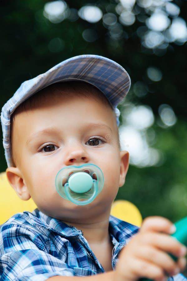 Retrato de un bebé bonito con el pacificador fotografía de archivo libre de regalías