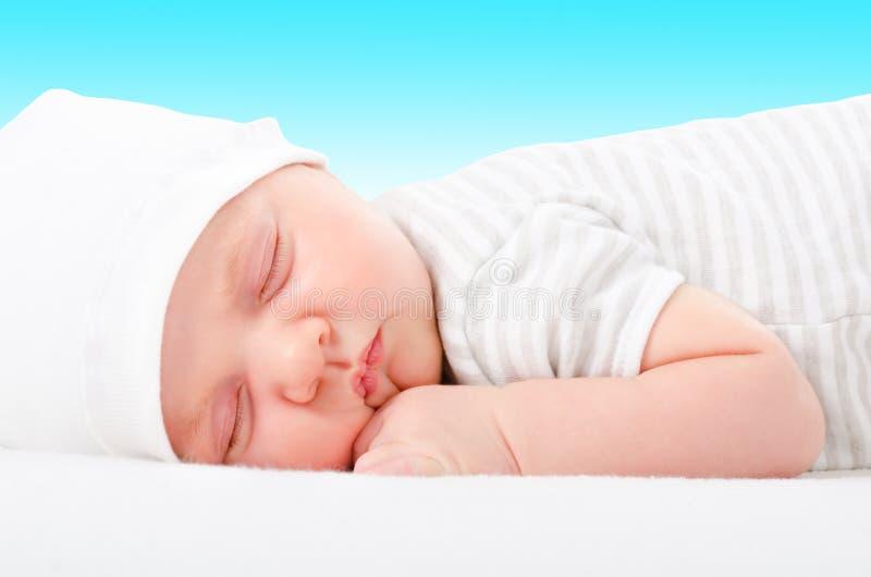 Retrato de un bebé durmiente recién nacido lindo foto de archivo libre de regalías