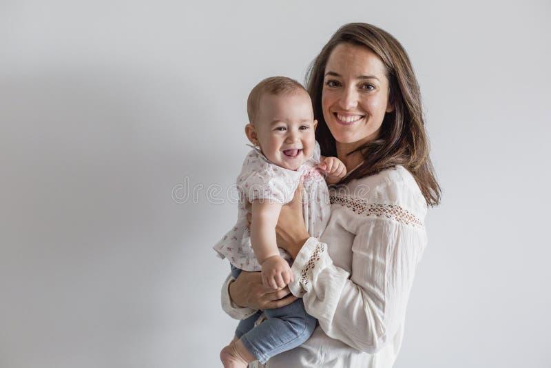 Retrato de un bebé hermoso y de su madre en casa Concepto de familia dentro D3ia y forma de vida fotos de archivo libres de regalías