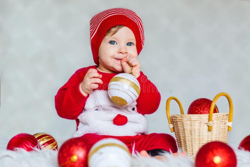 Retrato de un bebé vestido como ayudante de Papá Noel foto de archivo libre de regalías