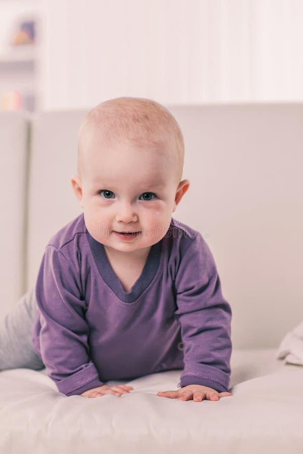 Retrato de un beb? de un a?o feliz en un fondo del sitio brillante del ` s de los ni?os imágenes de archivo libres de regalías