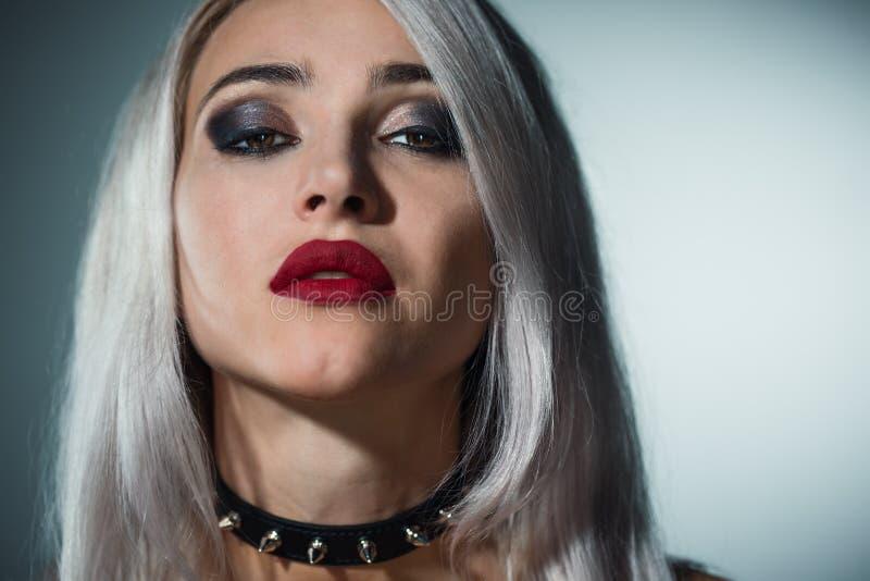 Retrato de un blonde hermoso con los labios rojos un cuello con el spik foto de archivo libre de regalías