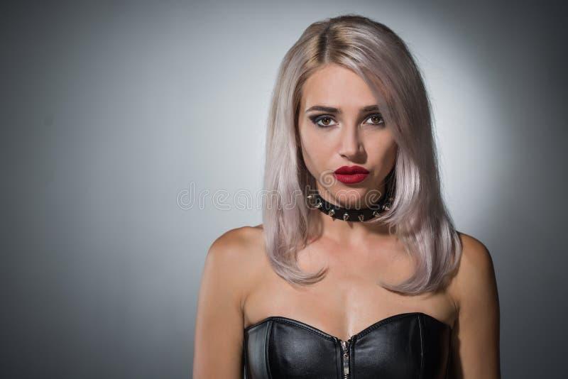 Retrato de un blonde hermoso con los labios rojos un cuello con el spik fotos de archivo