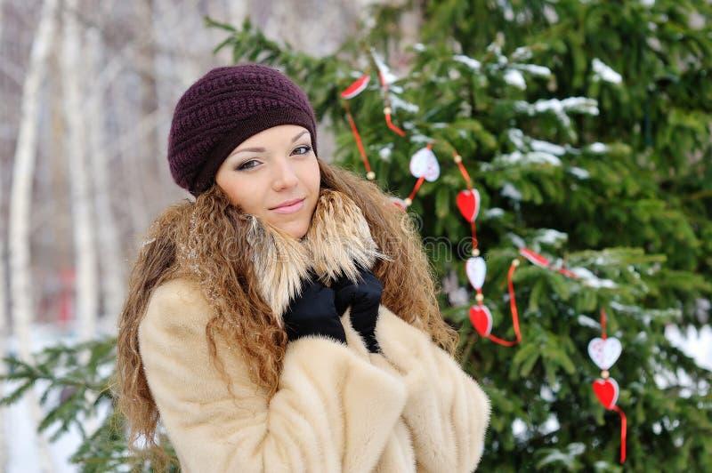 Retrato de un blonde hermoso en el invierno foto de archivo