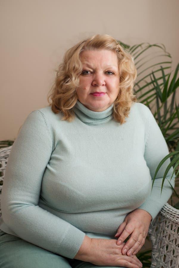 Retrato de un blonde mayor de la mujer imagen de archivo libre de regalías